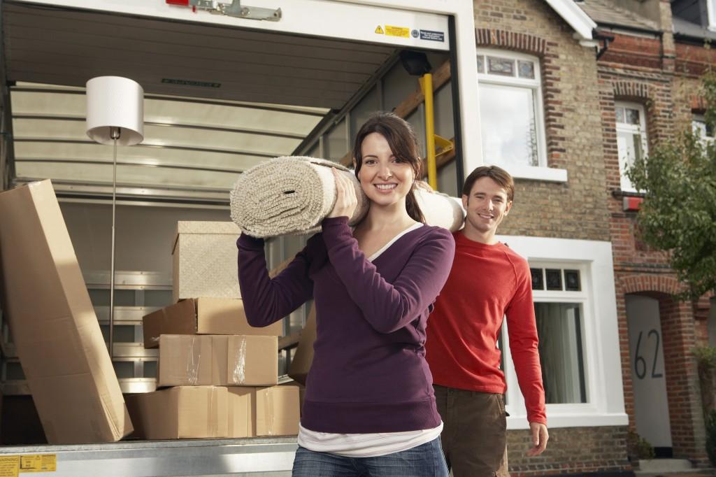 Jeune couple en train de charger son camion de déménagement