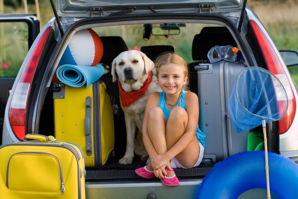 charger le coffre de la voiture pour partir en vacances