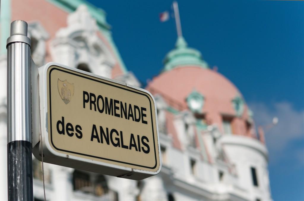 Panneau de la promenade des anglais devant la façade du Negresco à Nice